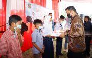 Cegah Penurunan Minat Belajar, Bobby Nasution Serahkan 50 Unit Laptop dan Wifi Gratis