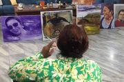 Susi Pudjiastuti Pandangi Lukisan Dirinya, Netizen Sebut Presiden Mendatang