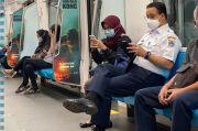 Berangkat Kerja Naik MRT, Anies Tanya Jajanan Enak di Sekitar Dukuh Atas