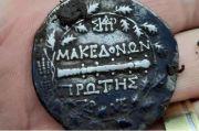 Pensiunan Polisi Kaya Mendadak Setelah Menemukan Koin Kuno dari Abad ke 2 SM