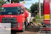 Truk Tangki Pertamina Tersangkut di Perlintasan Kereta Api, Warganet: Ngeri Kayak di Bintaro