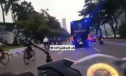 Ogah Gunakan Jalur Sepeda, Sekelompok Pesepeda Kuasai Jalur Bermesin di Sudirman