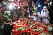 Ambil Sampel, Sudin KPKP Pastikan Bahan Pangan di Pasar Johar Baru Aman