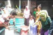 Kesulitan Air Bersih Warga Woja Dompu Berebut Air Bantuan
