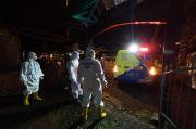 Tengah Malam Relawan Polresta Malang Kota Berjibaku Makamkan Jenazah Terpapar COVID-19