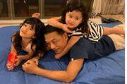 Di Tengah Kisruh Demokrat Moeldoko Asyik Bermain Bersama Cucu, Netizen: Mirip Jokowi