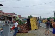 Sopirnya Asyik Mengemudi Sambil Pacaran, Truk Pengangkut Sawit Terbalik di Jalinsum