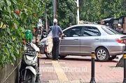 Tuna Netra Tabrak Mobil yang Diparkir di Trotoar Jalan Barito Jaksel