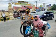 Tangis Sumini Pecah Saat AKBP Ikhwan Lubis Memberinya 2 Ban Baru untuk Sepedanya