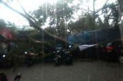 Diterjang Hujan Lebat Pohon Tumbang Timpa Warung Makan di Bandung, 5 Warga Terluka