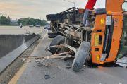 Tabrak Pembatas Jalan, Truk Terguling di Dekat Gerbang Tol Meruya Utara