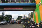 Warga Kesal Parkir Liar Marak di Seberang Balai Kota Depok