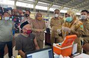 Pedagang Pasar dan Lansia di Kabupaten Maros Disuntik Vaksin Covid-19