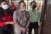 Miris Pengusaha Renta Ini Dipapah saat Diperiksa Polisi karena Dilaporkan Anak Kandungnya