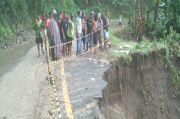 Diterjang Hujan Lebat, Jalur Penghubung 2 Kabupaten di NTT Nyaris Putus