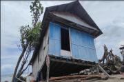 Rumah Ambruk Dihantam Gelombang, Warga Terpaksa Mengungsi
