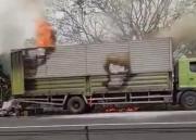 Macet, Mobil Ekspedisi Terbakar di Tol Tangerang-Merak