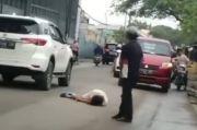 Bikin Macet, Wanita Berbaju Putih Terbaring di Jalan Sambil Pegang Pisau di Tangerang