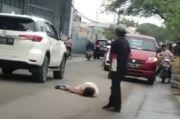 Siapa Wanita Terbaring di Tengah Jalan Sambil Pegang Pisau? Polisi Sebut Begini