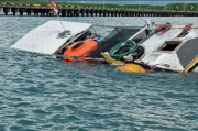 Keluarga Korban Tabrakan Kapal Laut Indramayu Menunggu di TPI Eretan