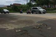 Rawan Kecelakaan, Warga Keluhkan Jalan Rusak dan Berlubang