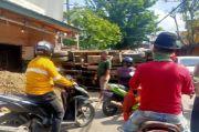 Truk Pasir Terguling dan Hantam Bengkel di Jalan Prof M Yamin Bekasi