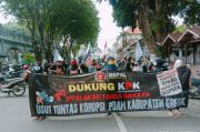 Dukung KPK Tuntaskan Kasus Korupsi, Puluhan Warga Geruduk PDAM Giri Tirta Gresik
