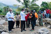 Kunjungi Lokasi Bencana, Jokowi Berikan Jaket Merahnya Kepada Pemuda Lembata