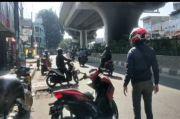 Hadang Pengendara Lawan Arus di Ciputat, Pria Ini Palangkan Motor di Tengah Jalan