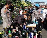 Ribuan Botol Miras Seharga Ratusan Juta Digilas Bak Aspal di Tulungagung