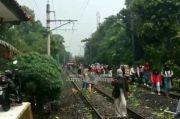 Pohon Tumbang Tutup Rel, Penumpang KRL Commuter Line Susuri Perlintasan Kereta Api