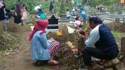 Jelang Ramadhan, Warga Kuningan Datangi Makam Keluarga untuk Berdoa