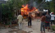 Ngeri, Disambar Petir Rumah Warga Bangka Tengah Hangus Terbakar