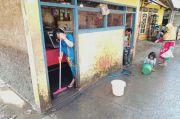 Banjir di Cipinang Melayu Surut, Warga Bersih-bersih Lumpur