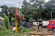 Hujan Disertai Angin Kencang, Pohon Tumbang Hancurkan Billboard Minimarket di Tangsel