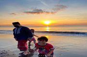 Pagi-pagi Sambil Sarungan Anies Main di Pantai Teluk Penyu Cilacap