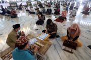 Disaksikan Ratusan Jamaah, Dua Warga Surabaya Ini Jadi Mualaf