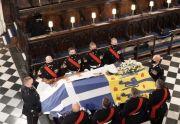 Ratu Elizabeth II Duduk Sendirian di Dekat Altar Prosesi Pemakaman