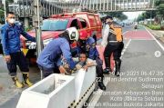 Terjepit Pembatas Jalur Sepeda, Pria ODGJ Diselamatkan Damkar Jakpus