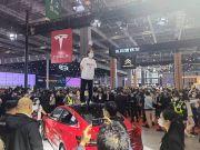 Edan, Lagi Pameran Tesla Diganggu Aksi Protes Injak Atap Mobil