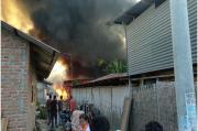Gudang Spring Bed Terbakar, 4 Rumah dan 5 Kendaraan Ludes