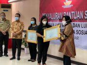 Mensos Risma Beri Penghargaan untuk 2 Guru Korban Penembakan KKB di Papua