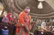 Hari Kartini, Tenaga Kesehatan di Jakarta Main Angklung di Depan Anies