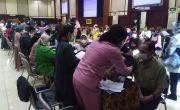 Persiapan PTM, Ribuan Guru PAUD-SMA Jalani Vaksinasi Covid-19 di Itenas Bandung