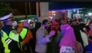 Polisi Bubarkan Kerumunan Ratusan Emak saat Antre Daftar Penerima Bantuan UMKM