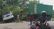 Ban Meletus, Truk Tronton Hantam Minibus hingga Terseret 3 Meter