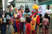 Batman dan Badut Turun ke Jalan Bagikan Takjil Berbuka Puasa