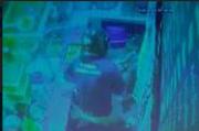 Aksi Lelaki Rampok Uang dan Handphone di Warung Makan Ngaglik Terekam CCTV