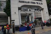 Lantamal III Jakarta Bagikan Ratusan Makanan Siap Saji untuk Warga Pademangan