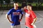 Ramaikan Bukber Indonesia Muda, Samuel Rizal Ajari Indra Bekti Main Basket